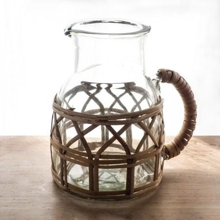carafe en verre et bambou naturel
