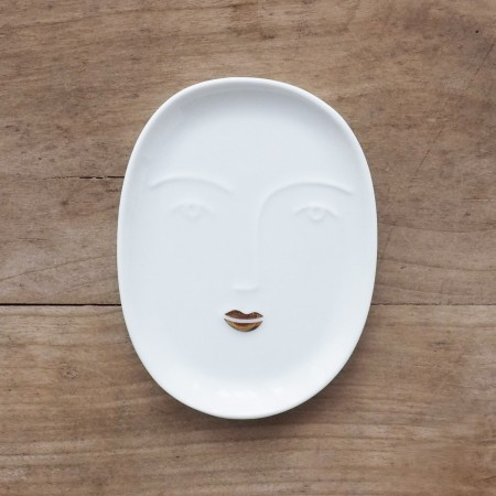 coupelle visage en porcelaine et détail de bouche dorée